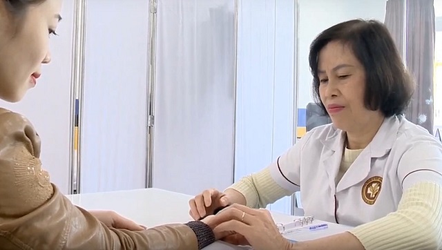 Tôi sử dụng phương pháp Vọng - Văn - Vấn - Thiết để chẩn đoán tình trạng bệnh nhân trước khi cho thuốc