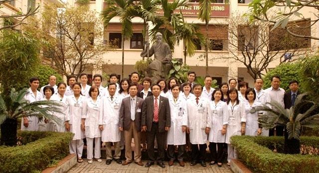 Tôi (thứ 5 từ trái sang) chụp hình lưu niệm cùng lãnh đạo và đội ngũ Y bác sĩ bệnh viên Y học cổ truyền Trung ương
