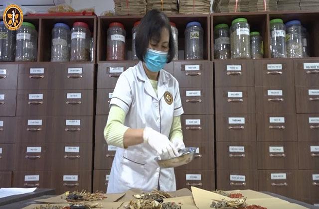 Sử dụng những vị thuốc có tính kháng sinh thực vật, bác sĩ Hà đã tạo ra bài thuốc chữa viêm âm đạo hiệu quả và an toàn
